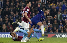Siêu phẩm trong 4,5 giây của Hazard đưa Chelsea bay vào tốp 3
