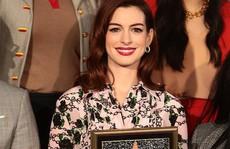 'Quý cô lừa đảo' Anne Hathaway sung sướng nhận sao