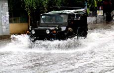 TP HCM: Mưa trắng trời trưa cuối tuần, 'khu nhà giàu' Thảo Điền lại ngập