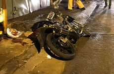 TP HCM: Xe máy 'độ' lao vào lề đường, xe container đổ dốc gây họa