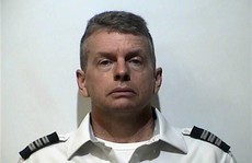 Sắp khởi hành, phi công bị bắt về tội giết 3 người