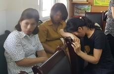 Cô giáo dùng 'đòn roi' với hàng loạt học sinh bị buộc thôi việc