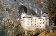 Mê cung hang động dày đặc bên trong tòa lâu đài vách núi