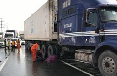 Chạy bộ qua đường, một Việt kiều bị xe container cán chết trên xa lộ Hà Nội