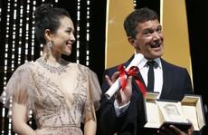 Chương Tử Di khoe khéo 'vòng một' ở ngày cuối Cannes
