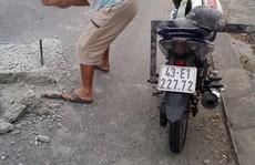 Sợ người dân gặp nạn, 2 thợ đá đục mảng bê tông gây 'sốt' mạng xã hội
