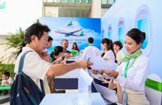 Khách đội nắng 'săn' vé ưu đãi tại Bamboo Airways Tower