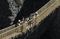 Cây cầu làm bằng cỏ cheo leo giữa vực sâu ở Peru