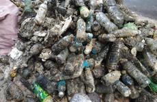 CLIP: Kinh hãi rác 'chết người' dưới lòng cống ở TP HCM