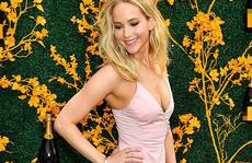 Jennifer Lawrence đẹp ngọt ngào khoe nhẫn đính hôn