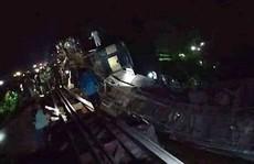 Tàu hoả rơi xuống kênh, hơn 100 người thương vong