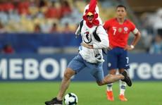 Chùm ảnh CĐV quấy rối khiến sao Chile và Uruguay 'đứng hình'