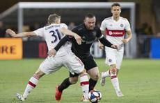 Pha 'nã đại bác' từ hơn nửa sân của Rooney