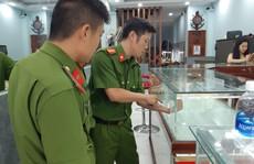 Đã bắt được nghi phạm dùng búa đập tủ kính tiệm vàng