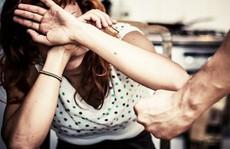 Mù quáng yêu người chồng sở hữu mọi thói hư tật xấu