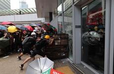Người biểu tình Hồng Kông đập phá cửa kính, tràn vào Hội đồng Lập pháp