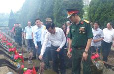 Nguyên Chủ tịch nước Trương Tấn Sang thắp hương tri ân các liệt sĩ trước ngày Giỗ trận Vị Xuyên