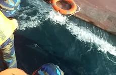Tàu chở 15.000 lít dầu bị chìm, 4 thuyền viên vừa được cứu vớt