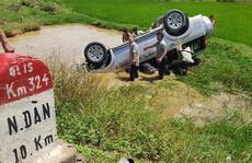 Xe ôtô 7 chỗ lao xuống hố nước, 6 người họ hàng thương vong