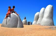 Check-in 'cực đỉnh' cùng bàn tay khổng lồ mọc giữa sa mạc