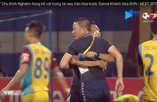 """HLV Chu Đình Nghiêm """"đòi ăn thua' với trọng tài"""