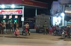 Không cho nợ tiền đổ xăng, nhân viên bán xăng bị đâm chết