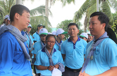 Sinh viên tình nguyện ở Bạc Liêu trao gà giống cho hộ dân khó khăn