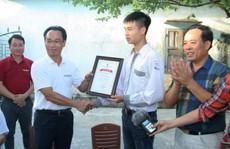 Hiệu trưởng ĐH Bách khoa Hà Nội tới nhà riêng trao học bổng cho thủ khoa khối A