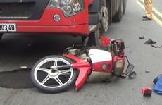 Xe máy cùng người đàn ông bị xe container cuốn vào gầm và kéo lê trên đường