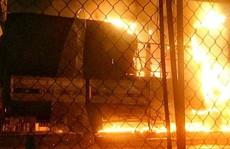 2 xe tải trước cửa hàng gỗ bốc cháy ngùn ngụt giữa đêm một cách khó hiểu