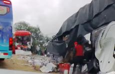 Bình Thuận: Xe khách đối đầu xe tải, hai tài xế chết kẹt trong ca-bin