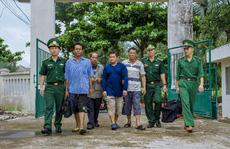 Tàu cá Việt Nam cứu 4 người nước ngoài trên con tàu đang trôi dạt và chìm dần