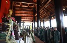 Dâng hương tại Khu tưởng niệm Liệt sĩ Thanh niên xung phong