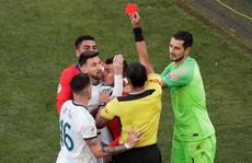 Lãnh thẻ đỏ sau 14 năm, Messi nhận án phạt 'như đùa' hậu Copa America