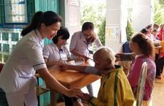 Khám bệnh, tặng quà cho trẻ em nghèo