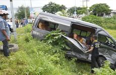 Sau tiếng động, tá hỏa thấy xe 'Limousine' nằm dưới hố, xe khách lao sát nhà dân