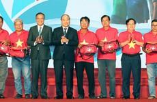Thủ tướng trao cờ Tổ quốc cho ngư dân
