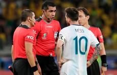 Bức xúc vì thua Brazil, Messi miệt thị trọng tài là 'bò đực'