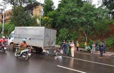 Tông vào xe tải đậu giữa đường do hỏng, 1 công an tử vong
