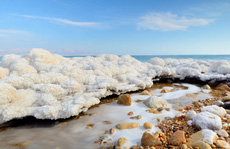 Giải mã 'tuyết ấm' bí ẩn của Biển Chết