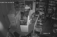 Bắt kẻ dỡ mái tôn, trộm 69 điện thoại trị giá hơn 300 triệu đồng
