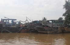 Cảnh sát phải nổ súng mới bắt giữ được 4 tàu của 'cát tặc'