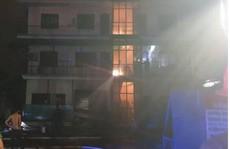 Công ty may ở TP HCM bốc cháy trong đêm