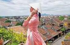 Hoa hậu hoàn vũ Pia Wurtzbach mặc áo dài duyên dáng ở Hội An