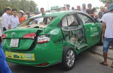 Xe tải tông taxi, 1 khách du lịch tử vong, 2 bị thương