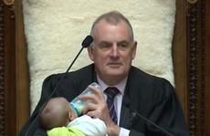 Chủ tịch Quốc hội New Zealand cho đứa bé bú tại nghị trường