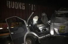 Xe khách tông xe container gặp sự cố, 16 người bị thương