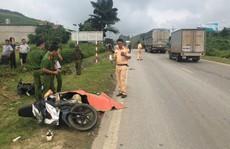 Xe tải tông liền 2 xe máy, 2 thanh niên thương vong