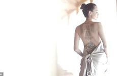 Angelina Jolie khoe lưng trần chi chít hình xăm