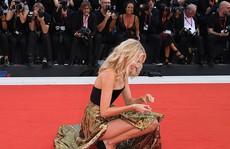 'Thiên thần nội y' Elsa Hosk lúng túng trên thảm đỏ